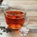 čierny čaj v šálke